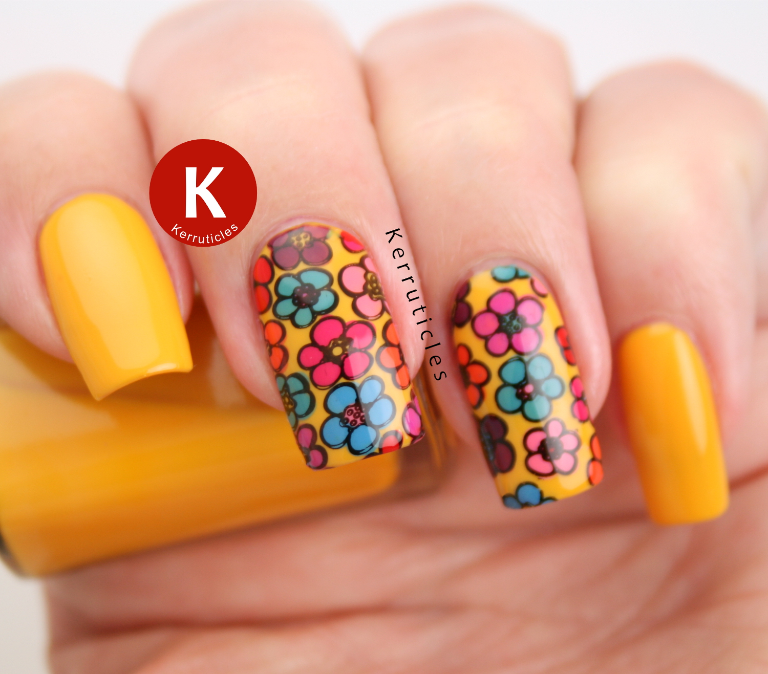 Multicoloured floral nails : hippie flower power manicure